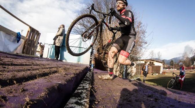 Cyclocross Saison 2015 – Josi hält die Vereinsfahnen in die Höhe